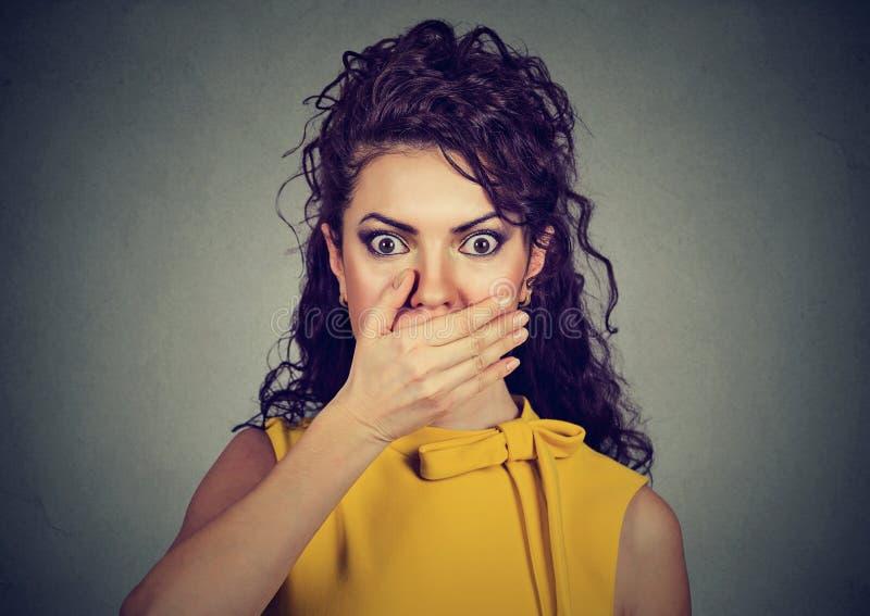 Förskräckt kvinna med handen på mun fotografering för bildbyråer