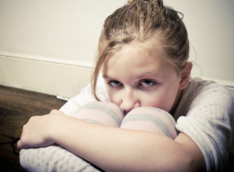 Förskräckt liten flicka arkivbild