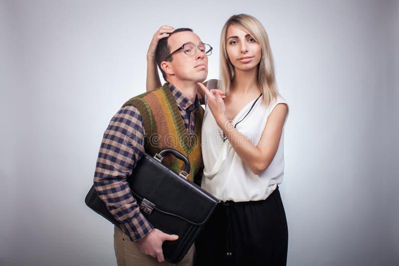 Förskräckt nerd med flickan fotografering för bildbyråer