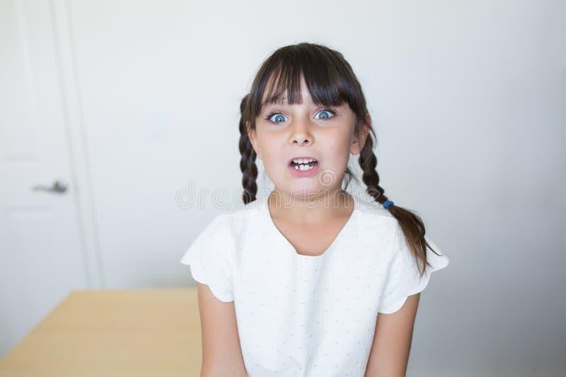 Förskräckt och angelägen flicka royaltyfri bild