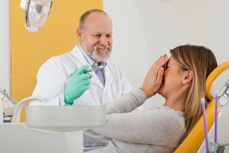 Förskräckt patient för tand- anestesi royaltyfri fotografi