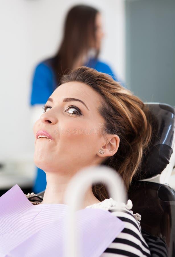 Förskräckt patient på tandläkaren arkivfoto