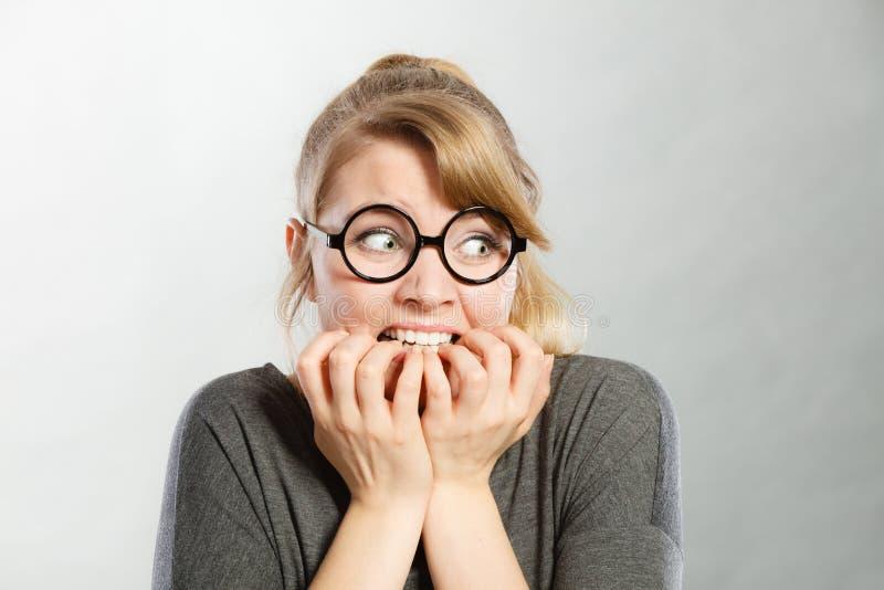Förskräckt skrämd ung kvinnlig arkivbild