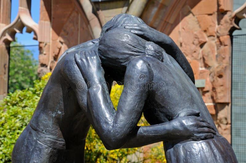 Försoningstaty på den Coventry domkyrkan arkivfoton
