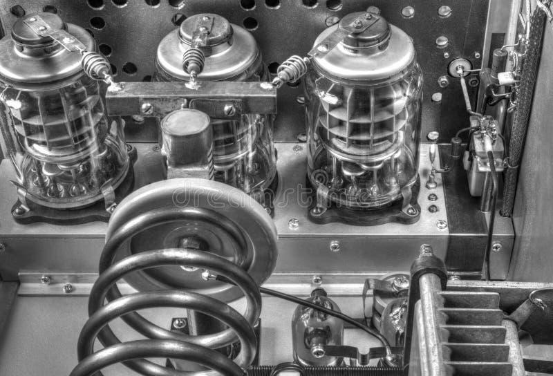 Förstärkare för vakuumrörkortvågmakt i svartvitt royaltyfri fotografi