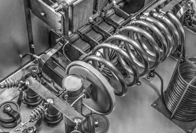 Förstärkare för vakuumrörkortvågmakt i svartvitt arkivfoton
