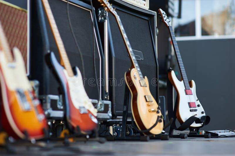 Förstärkare med den elektriska gitarren på etappen uppsättning för musikinstrument för gitarrist inga personer royaltyfri bild