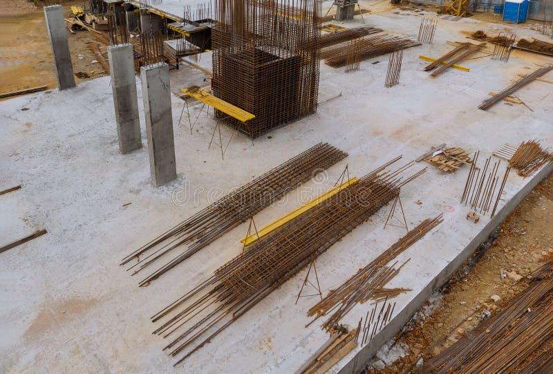 Förstärkt betong och kolonn med formwork, materialet till byggnadsställning och förstärkningsstål i huskonstruktionsplats royaltyfri foto