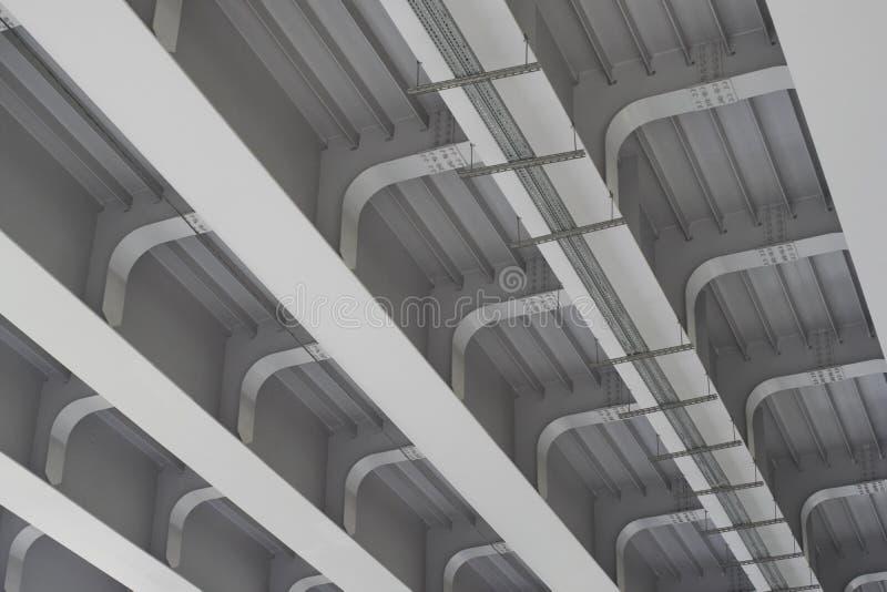 Förstärkta konkreta strukturer av det stads- landskapet för planskild korsning under bron royaltyfri foto