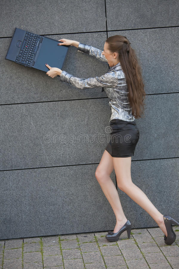 förstör bärbar datorkvinnan arkivfoto