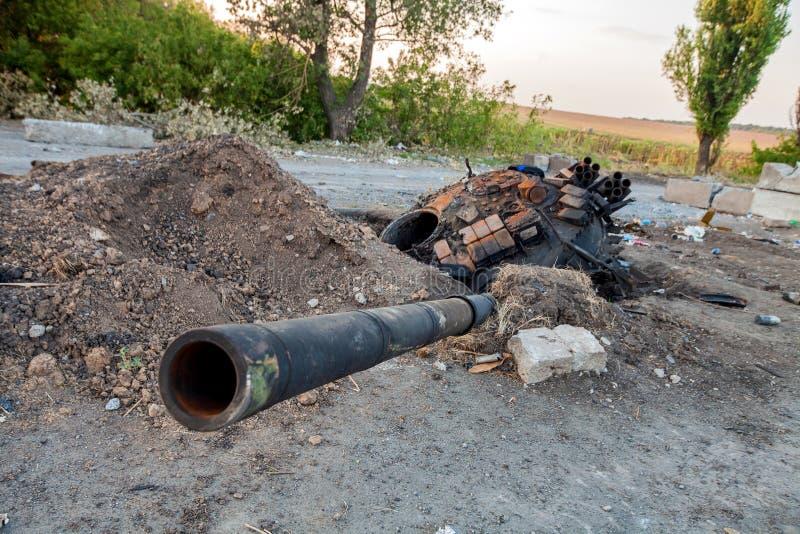 Förstörd behållare av den ukrainska krigsmakt-, krighandlingefterdyningen, den Ukraina och Donbass konflikten arkivbilder