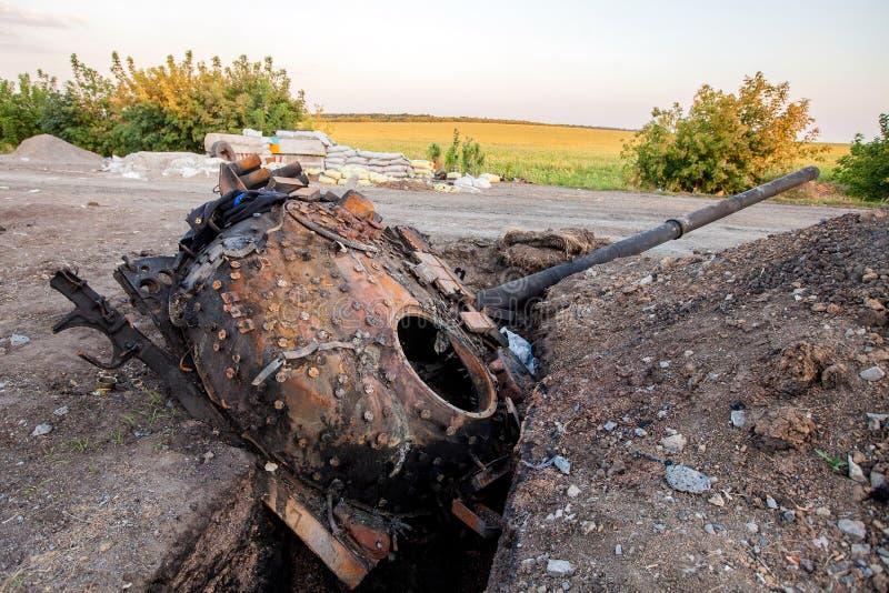 Förstörd behållare av den ukrainska krigsmakt-, krighandlingefterdyningen, den Ukraina och Donbass konflikten arkivbild