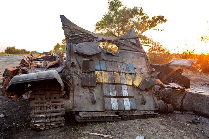 Förstörd behållare av den ukrainska krigsmakt-, krighandlingefterdyningen, den Ukraina och Donbass konflikten fotografering för bildbyråer