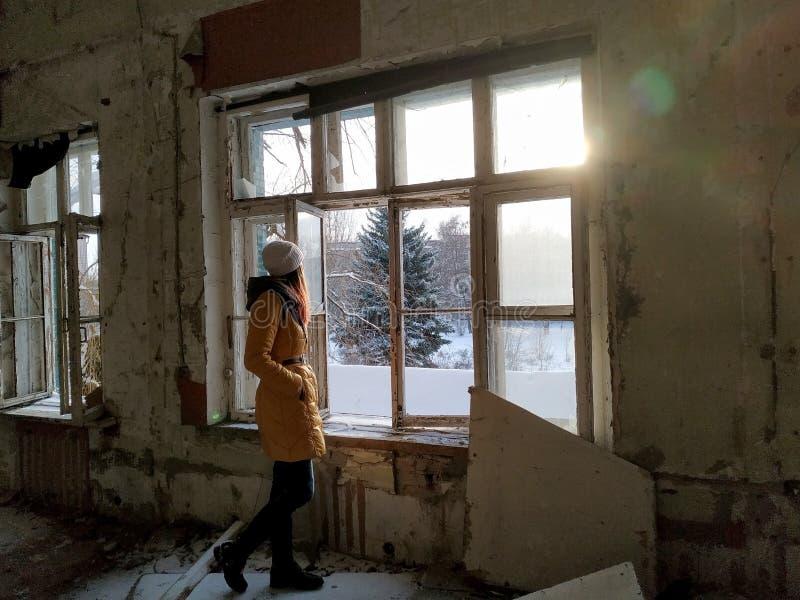 Förstörd byggnad efter kriget i Donbassen i Ukraina royaltyfri foto