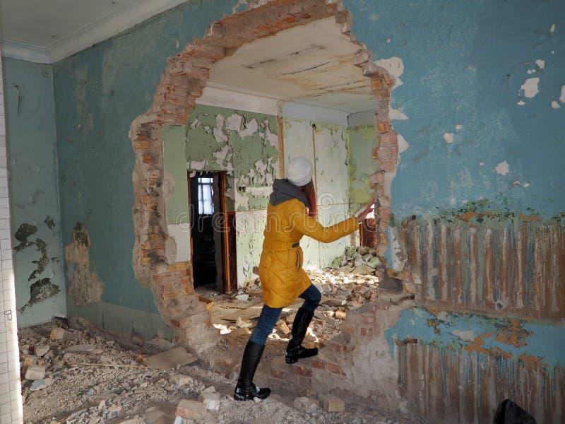 Förstörd byggnad efter kriget i Donbassen i Ukraina arkivbild