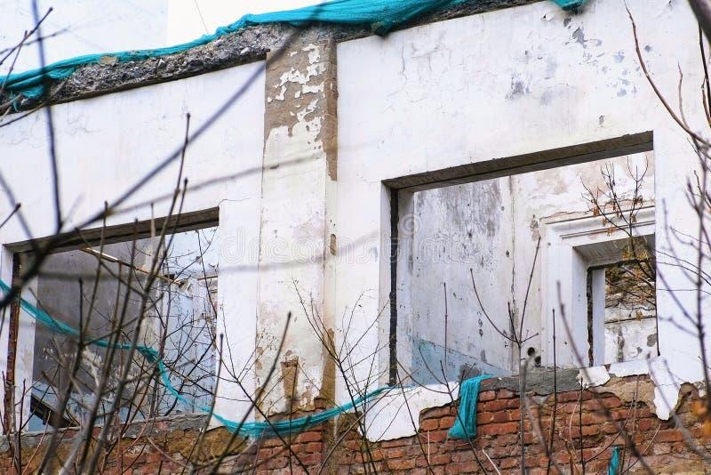 Förstörd byggnad, hus i förfall, rivning av huset royaltyfria bilder
