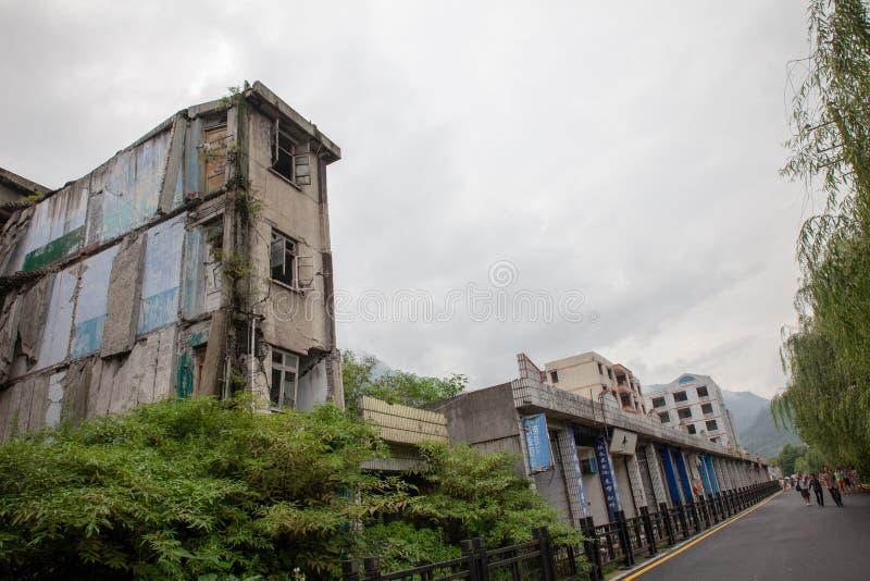 Förstörd byggnad i den minnes- platsen 2008 för Sichuan jordskalv arkivbilder