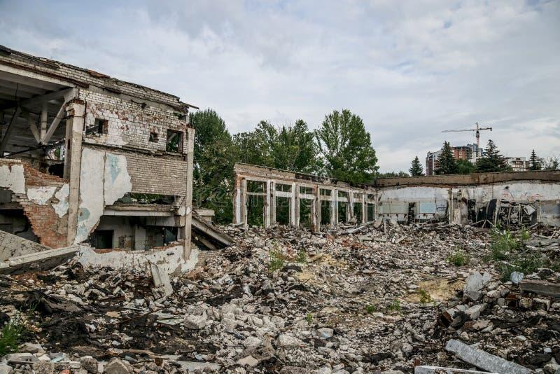 Förstörd byggnad, kan användas som rivning, jordskalv royaltyfri fotografi