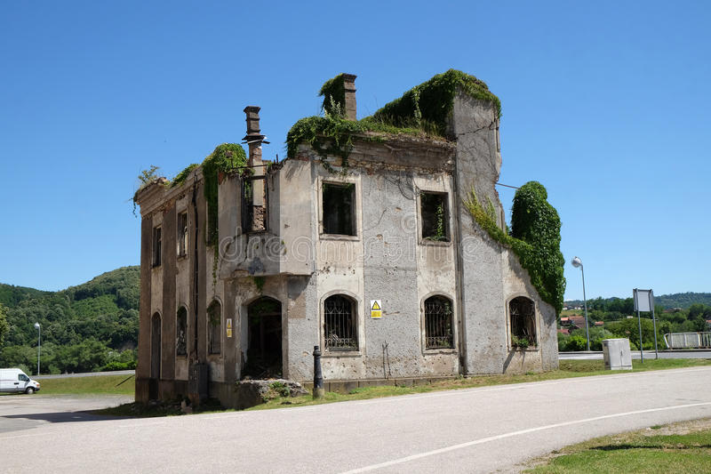 Förstörd byggnad som krigefterdyning i Hrvatska Kostajnica, Kroatien royaltyfri foto