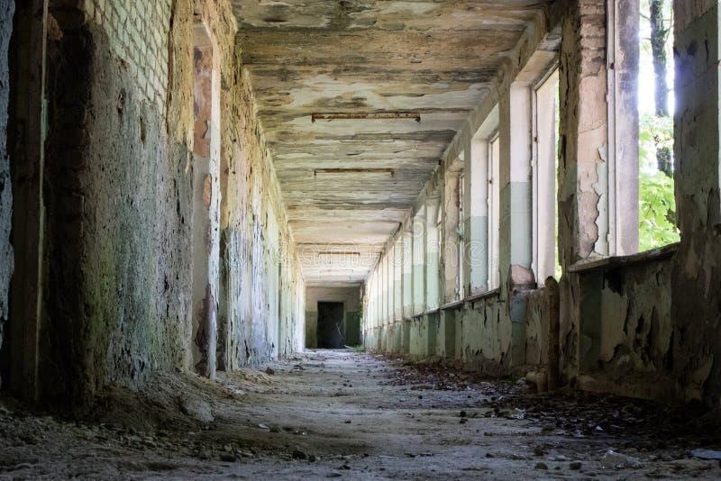 förstörd byggnadskorridor arkivbild
