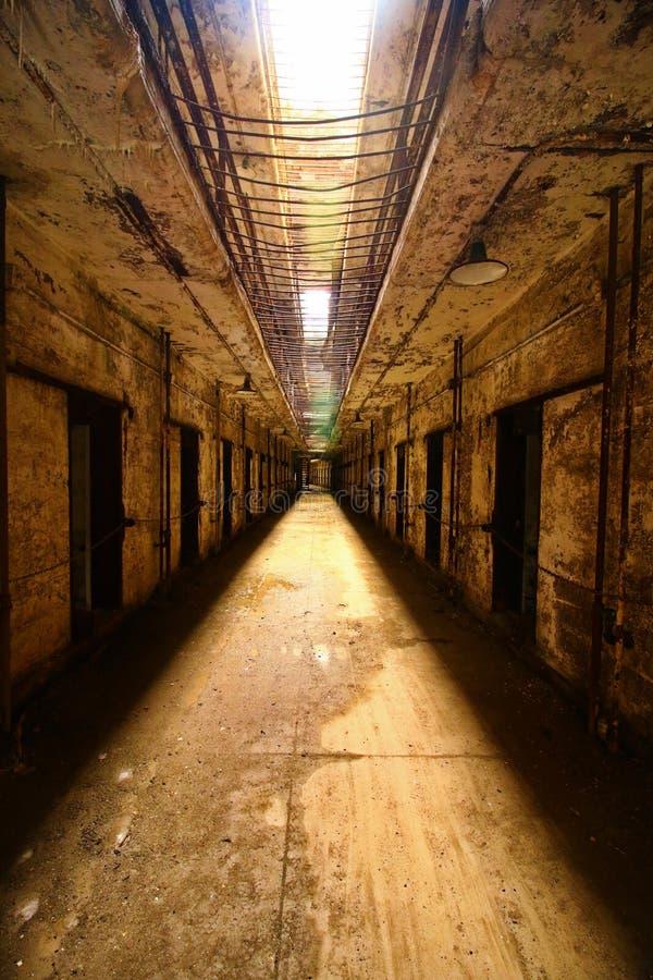 Förstörd fängelsehallkorridor royaltyfri foto