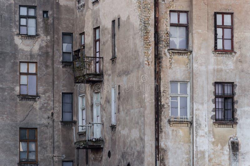 Förstörd fasad av historisk mång--våning byggnad royaltyfria foton