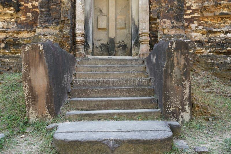Förstörd grund av lejonstatyben på Prasat Tao i Sambor Prei Kuk i Cambodja arkivfoto