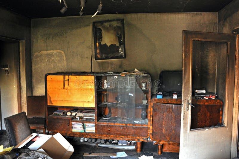 Förstörd inre av ett hus efter en brand royaltyfri bild