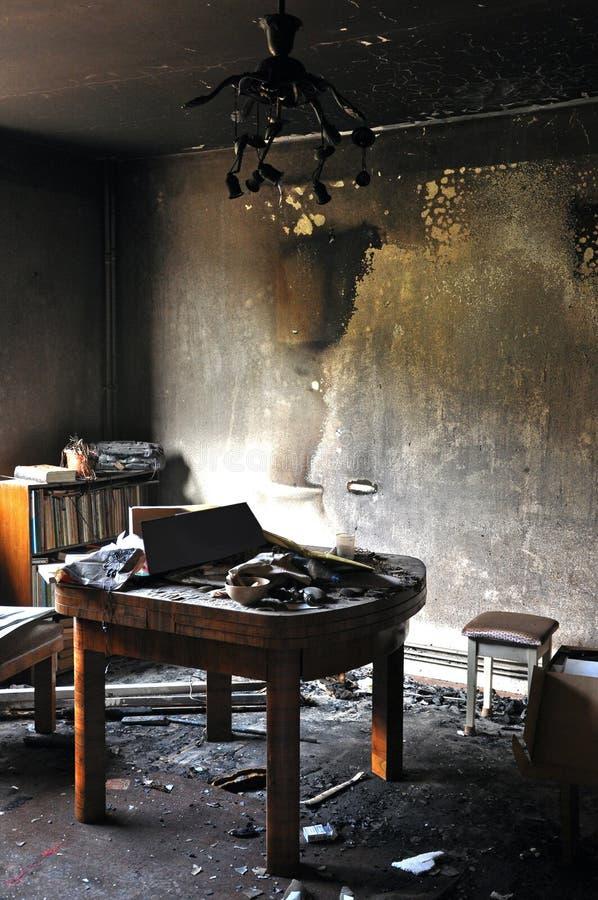 Förstörd inre av ett hus efter en brand arkivbilder