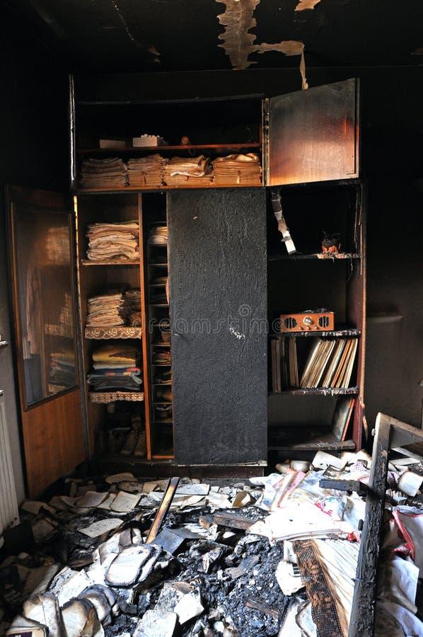 Förstörd inre av ett hus efter en brand royaltyfria foton