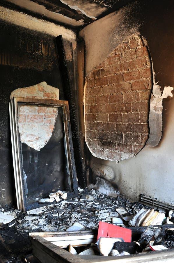 Förstörd inre av ett hus efter en brand arkivfoton
