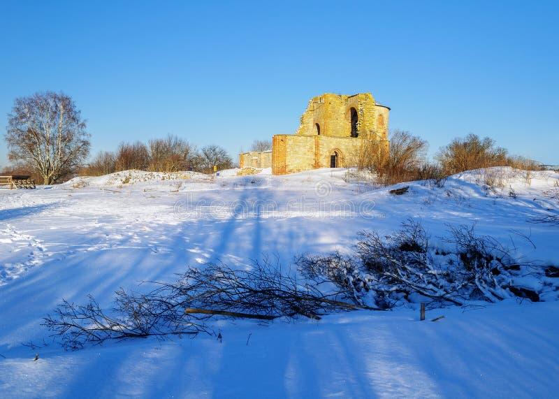 Förstörd kyrka av förklaringen på den Rurik bosättningen arkivfoton