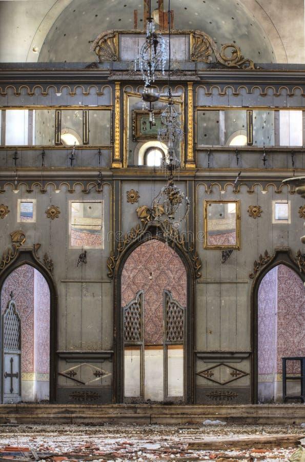 Förstörd kyrka (inom) royaltyfri fotografi