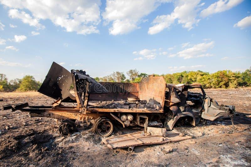 Förstörd militär lastbil, krighandlingefterdyning, Ukraina och Donbass konflikt arkivfoto