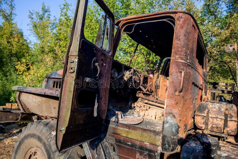 Förstörd militär lastbil, krighandlingefterdyning, Ukraina och Donbass konflikt arkivbilder