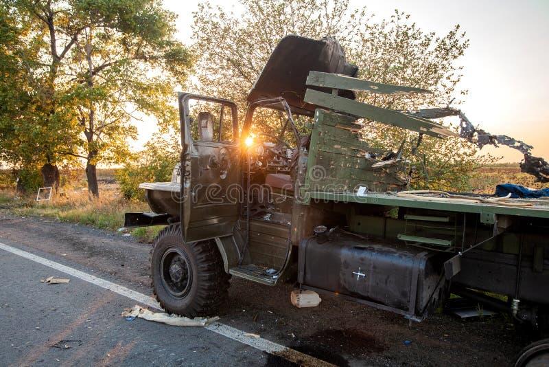 Förstörd militär lastbil, krighandlingefterdyning, Ukraina och Donbass konflikt royaltyfri fotografi