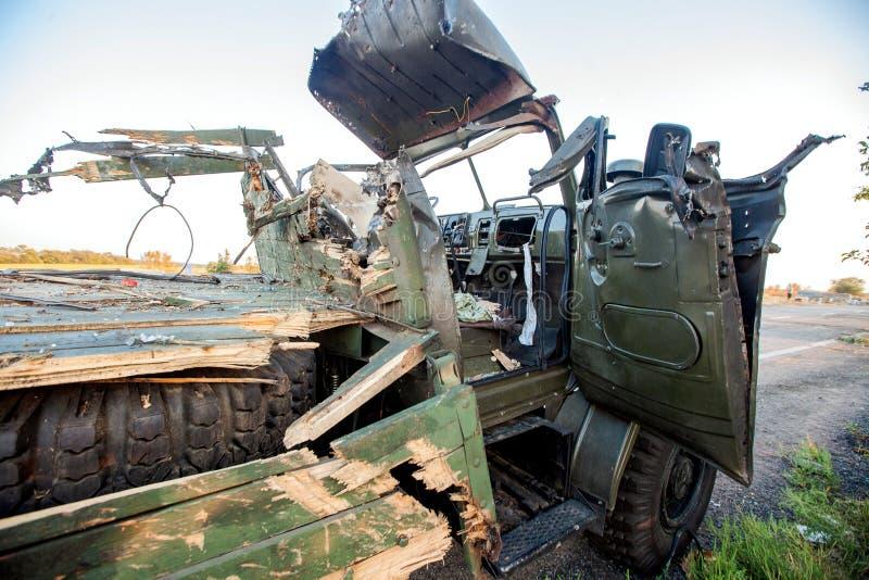 Förstörd militär lastbil, krighandlingefterdyning, Ukraina och Donbass konflikt arkivbild