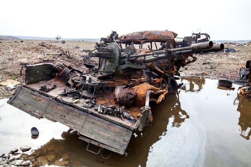 Förstörd militär lastbil, krighandlingefterdyning, Ukraina och Donbass konflikt royaltyfri foto