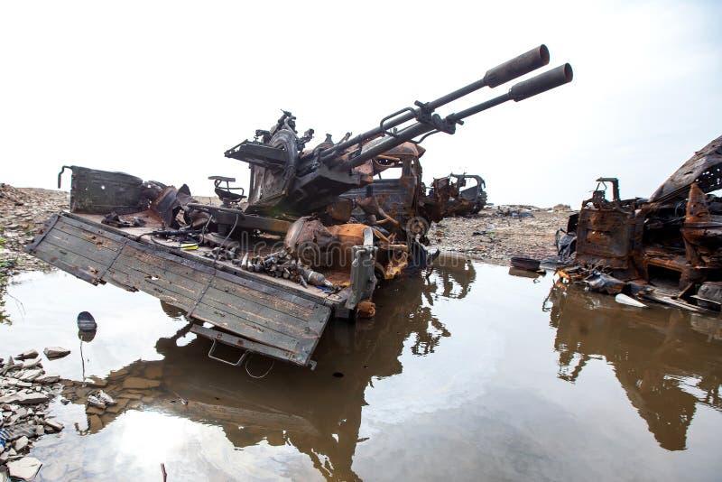 Förstörd militär lastbil, krighandlingefterdyning, Ukraina och Donbass konflikt arkivfoton