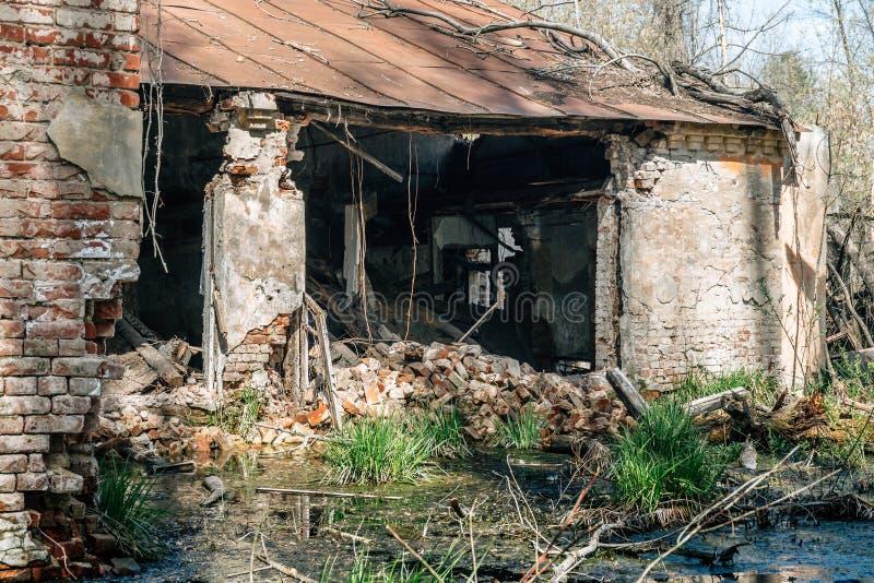 Förstörd och övergiven industribyggnad fotografering för bildbyråer