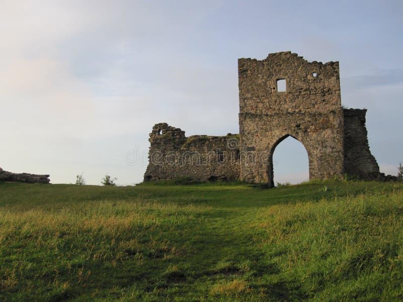 Förstörd slott på en hiil royaltyfria foton