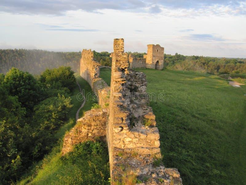Förstörd slott på en hiil arkivfoto