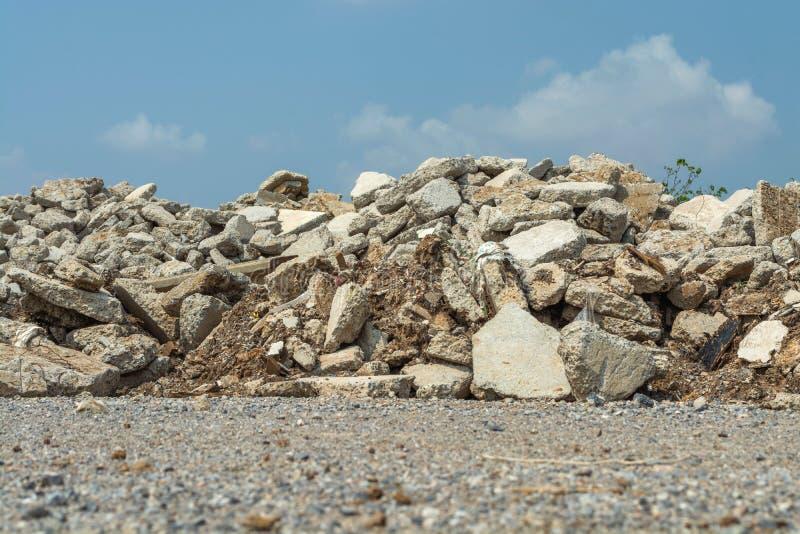 Förstörd spillror i utomhus- natur royaltyfri foto