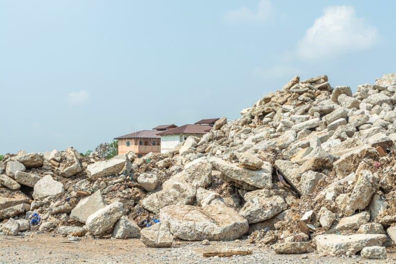 Förstörd spillror i utomhus- natur royaltyfri bild