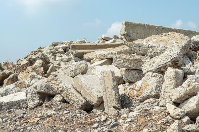 Förstörd spillror i utomhus- natur arkivfoto