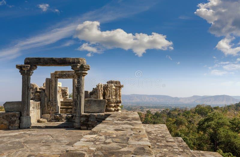 Förstörd tempel i det Kumbhalgarh fortkomplexet, Rajasthan, Indien arkivfoton