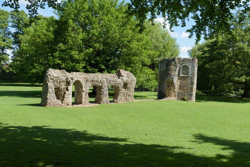 Förstörd vägg och duvslag av den medeltida abbotskloster arkivbilder