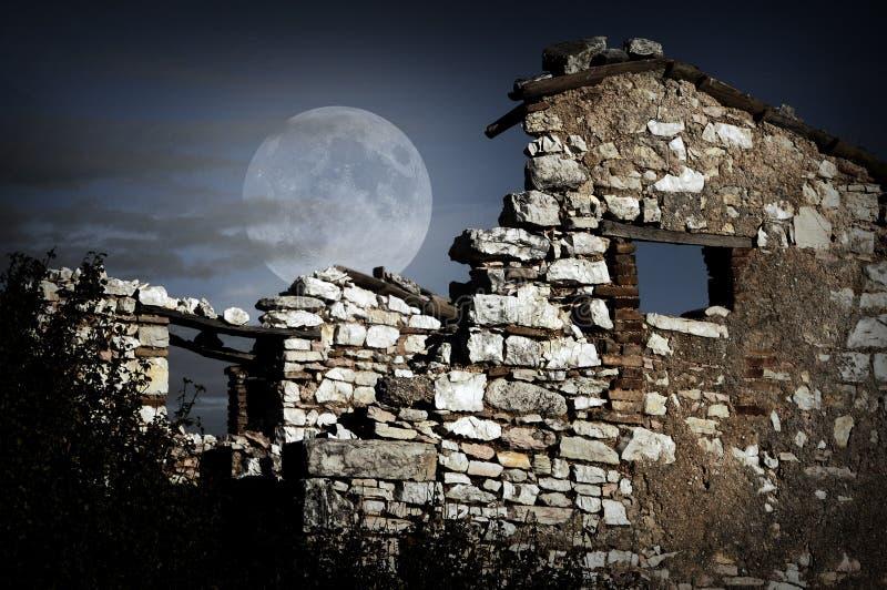 Förstörd vägg på natten royaltyfri fotografi