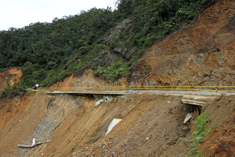 Förstörd vägjordskred som är skadad av den kraftiga floden i bergen av Colombia royaltyfri foto