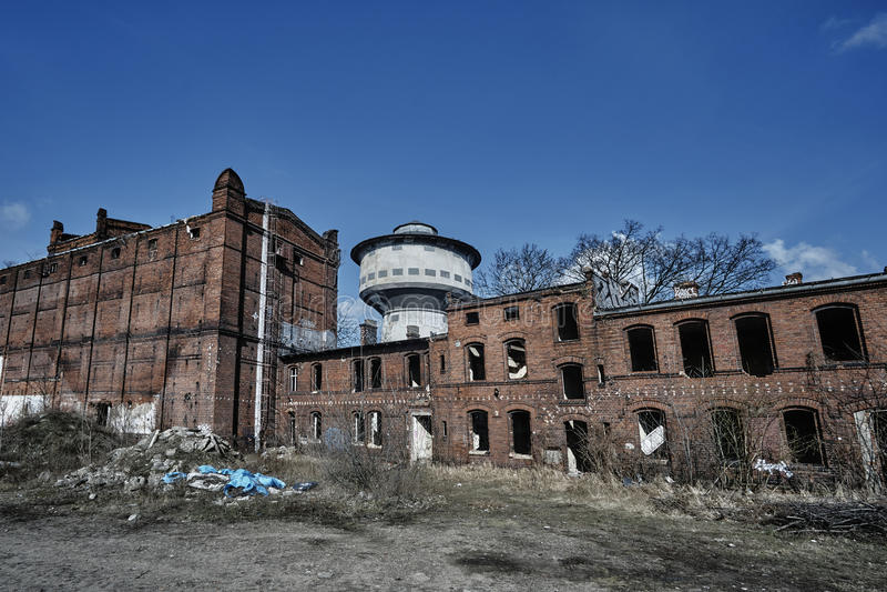 Förstörda och övergav industribyggnader royaltyfri fotografi